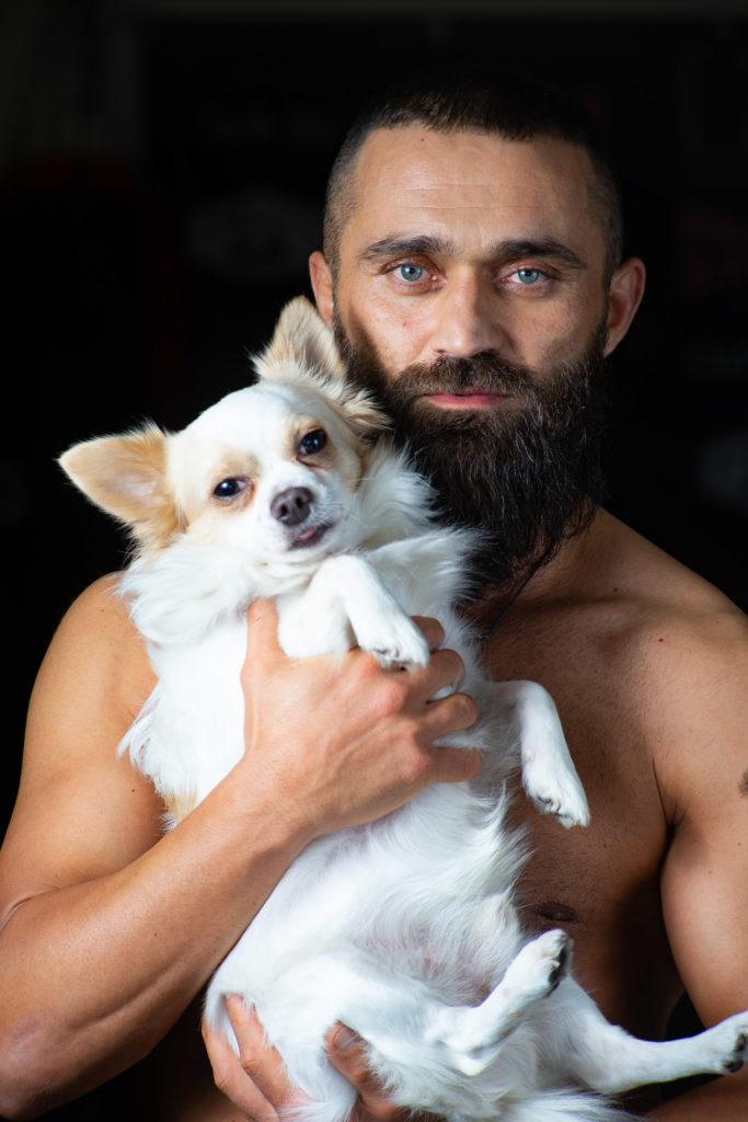 Ünsal Arik mit seinem Hund Oscar auf dem Arm. Das Bild wurde von Lars Walther fotografiert.