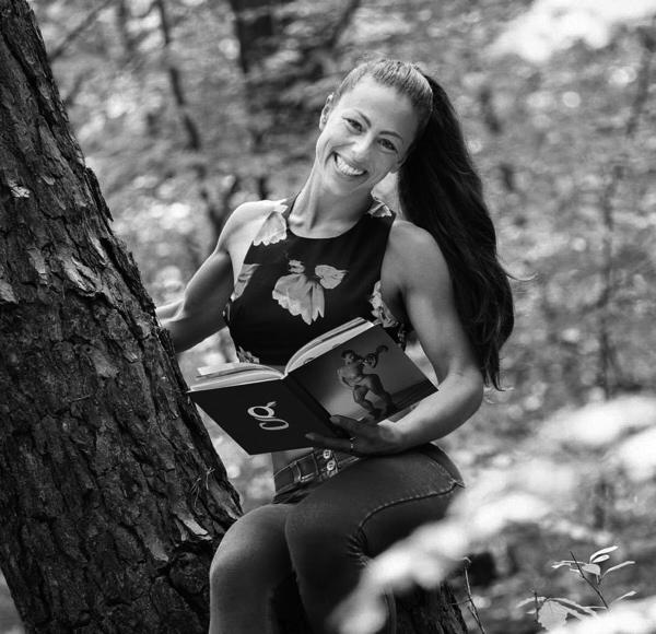 V-Reena mit ihrem Buch, welches im Frühjahr 2020 beim GrünerSinn-Verlag erscheint.